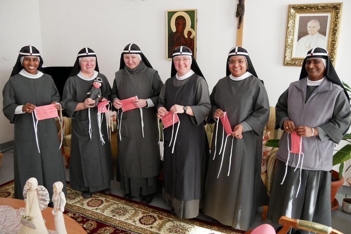 Siostry brygidki szyją maseczki dla gdańskiej Caritas
