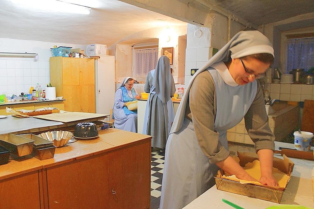 Siostry zakonne i Caritas AG przygotowują ciasta dla medyków
