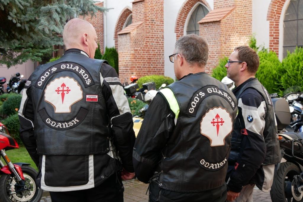 Księża na motocyklach w klubowej kamizelce